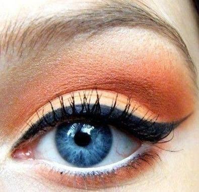 голубой глаз и персиковые тени