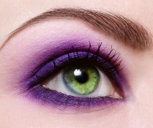 тёмные-фиолетовые тени и зелёный глаз